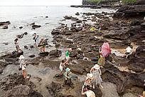 涠洲岛 在火山岩海滩上休息