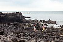 涠洲岛 在火山岩海滩休憩