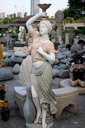 顶着盆子的女人雕像