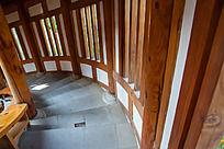 木质楼阁内部的环形楼梯