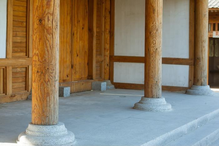 榆木庄公园里的纯木质大柱子图片