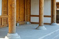 榆木庄公园里的纯木质大柱子