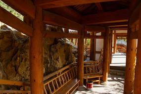 榆树庄公园里的纯木结构复古走廊