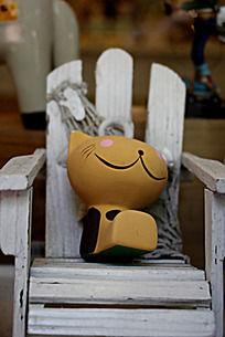 坐在椅子上的懒猫工艺品