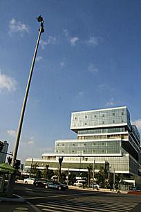 路灯与现代建筑