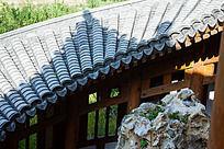 扭曲的瓦屋顶