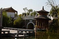 水上的亭子书面上的台和桥