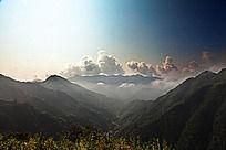 天空云彩与高山