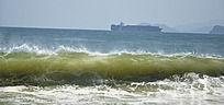海滩海浪滚滚