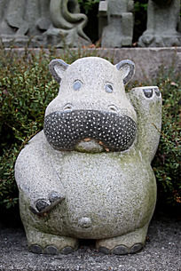 可爱的奶牛石头雕刻摄影