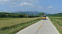 昆嵛山前的一条干净平整的混凝土小公路
