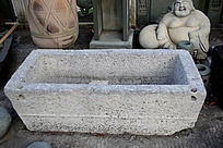 破旧的水池石头雕刻