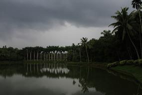 乌云密布下的自然美景