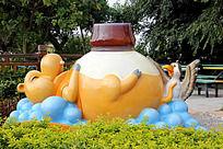 游乐园里可爱的卡通动物雕像