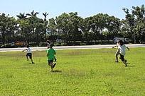 在草地奔跑的孩子们