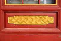 红木门上雕刻的金色花纹图案