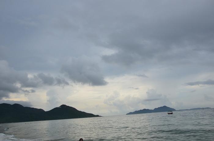 夕阳的余晖洒落在岛屿上图片