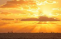 海上日出霞光万丈的景色