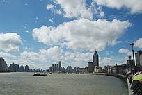 黄浦江上空的蓝天白云