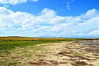 五颜六色的河滩和草地