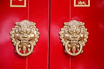 红色大门上的狮子头扣环