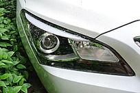 轿车右侧车头灯特写