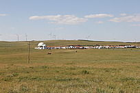 蓝天白云下大草原中的房子群