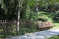 篱笆外的木椅
