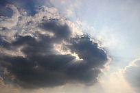 被云彩遮挡的太阳光芒