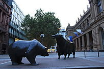 街头铜牛雕塑