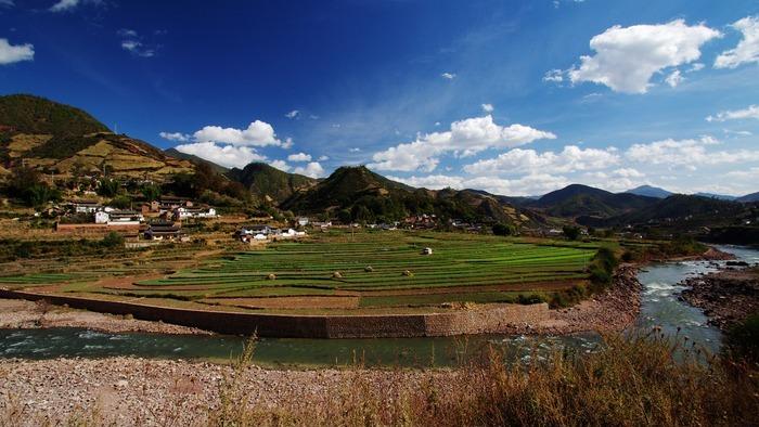 蓝天白云下的田园山村图片