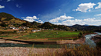 蓝天白云下的田园山村
