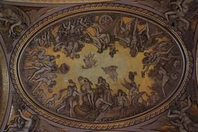 天使和女人的环状浮雕