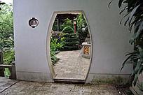 园子里的古式弧形门