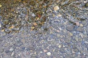清澈水面下的小石子