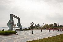 阴云下威海海边公园的标志建筑