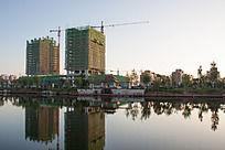 正在施工的水边建筑