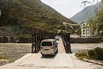 仅供一辆车单车通关的桥梁窄桥 窄桥标志所指实景图