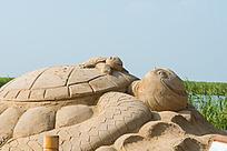 天津七里海湿地公园的沙雕大海龟背着小海龟