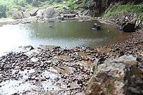 下雨滴水中的小湖泊池塘