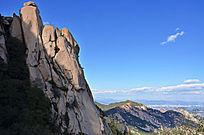 高耸入云的层叠的大山石头