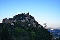 石头堆叠的一个小山峰