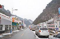 小雪下的神农架红坪镇街道