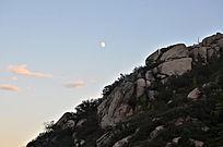 月亮下的山石