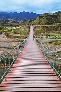 横跨河谷的铁索桥