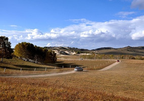 草原上的公路与越野车