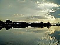 夕阳下湖面宁静的小屋