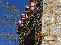 鹅卵石和大理石砌成的酒吧门头