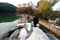 秋天的湖水与小桥