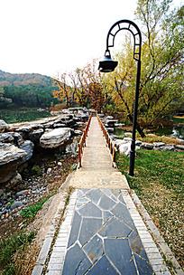 秋天小桥和路灯
